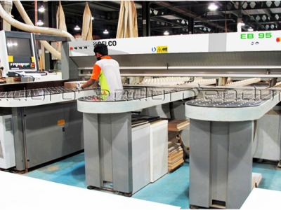 Automatic cutting machine a particular item in accordance with the desired size