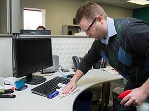Tips Cepat dan Praktis Membersihkan Meja Kerja Secara Teratur